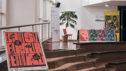 Doğan Taşdelen Çağdaş Sanatlar Merkezi fuayesinden bir karede renk renk festival afişleri ve festivali standı görülüyor.